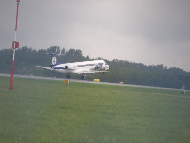 Przykładowe zdjęcie wykonane obiektywem Pentacon 4/300 #samolot #lot #lądowanie #pll
