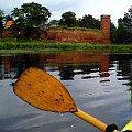 Wodujący łabędź na tle zamku Kiszewskiego z perspektywy kajakarza #zamek #łabędź #kajaki