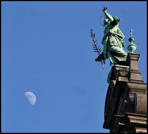 Hamburg ( figurka na szczycie Ratusza ) St . Catharina #ratusz #figurka #hamburg #architektura
