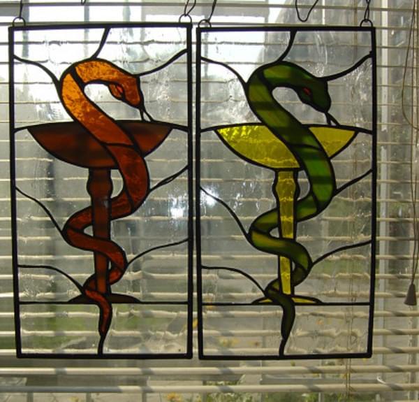 Wąż Eskulapa - witraż w dwóch wersjach kolorystycznych.