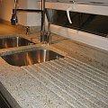 www.karier.pl, kamieniarstwo Warszawa; gierowany blat granitowy na 5cm, wykonany ze slabów 3cm, zlew podwieszany, piękny frezowany ociekacz, parapet i blat w jednym kawałku. Materiał granit Kashmir White. #karier #marmur #granit #trawertyn #laski